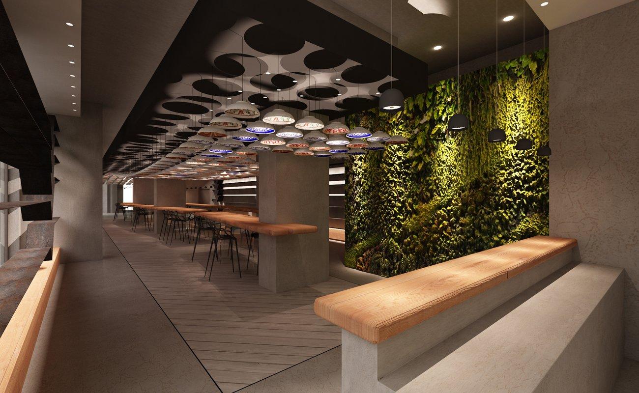 Installazione con piatti in ceramica a soffitto al centro del ristorante