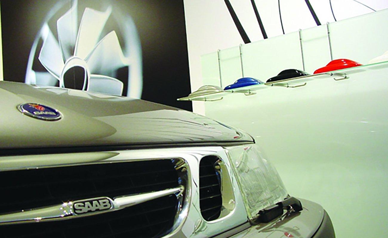 Close-up automobile SAAB interno showroom della rete italiana progettata da Frog