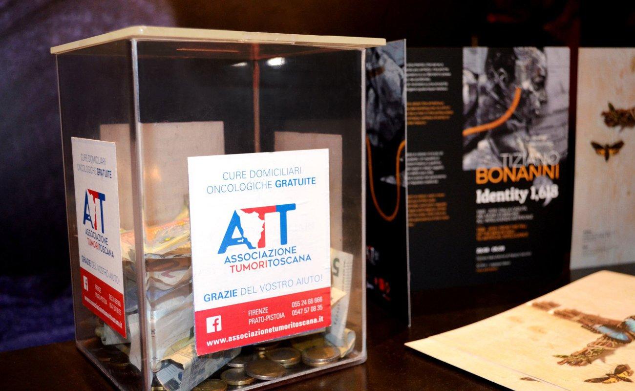 Angolo per donazioni alla ATT nella mostra di Bonanni alla Sala d'Arme di Palazzo Vecchio
